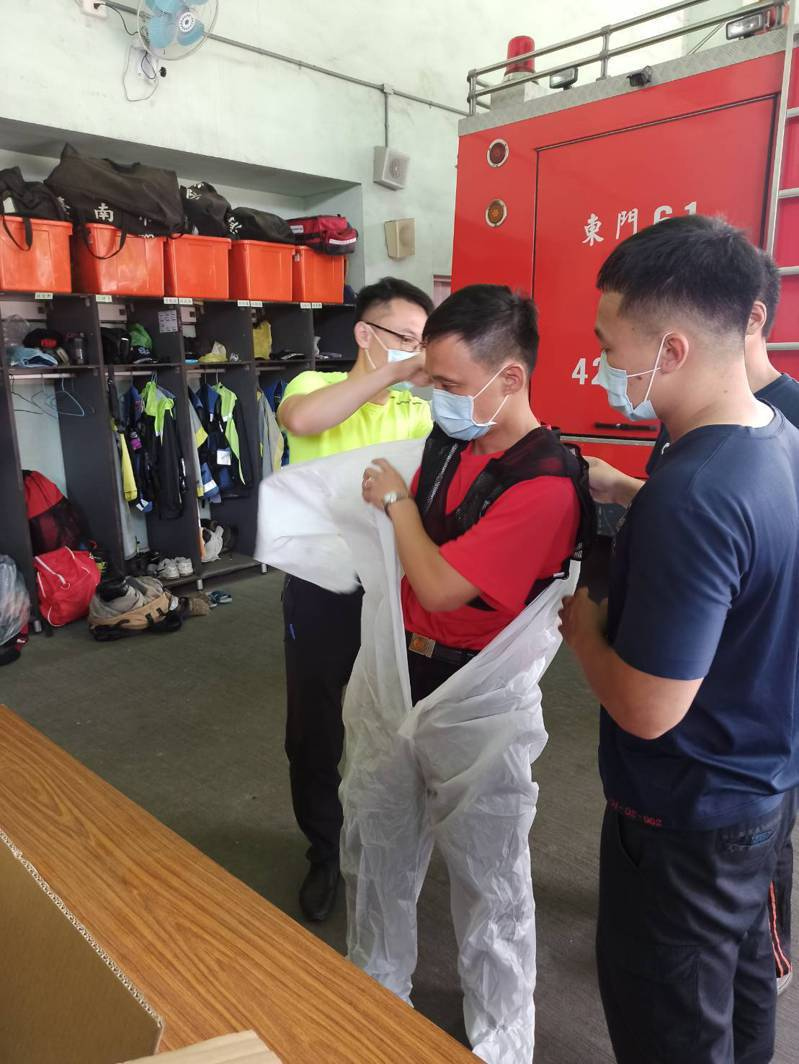 在這大熱天下,消防員仍須穿著全套隔離衣,雖可保護消防員免受病毒侵害,但體溫快速上升,也讓消防員苦不堪言。記者邵心杰/翻攝
