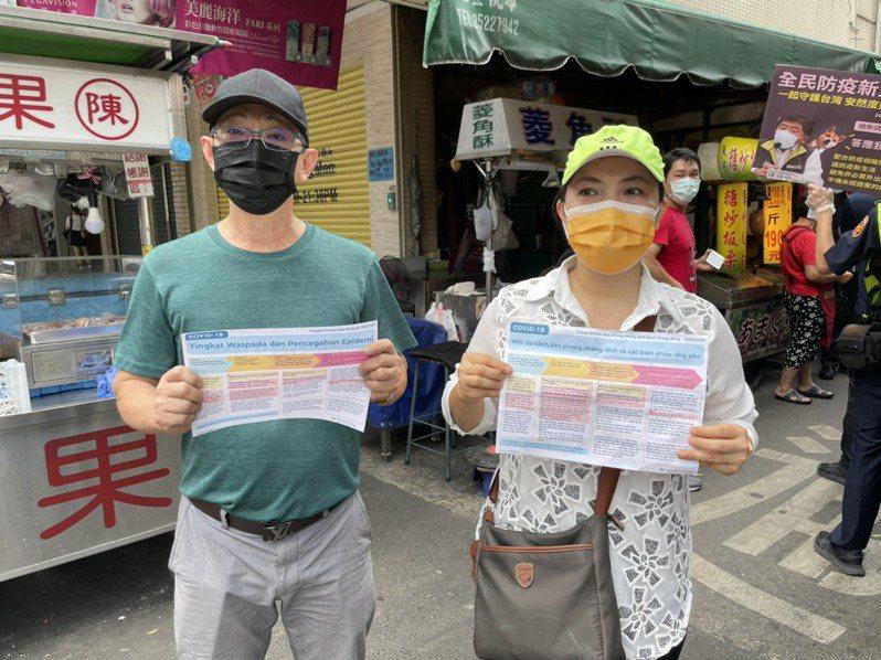越南籍盧女(右)站出來宣傳家鄉話,印尼籍泰男(左)樂當翻譯員,希望全民戴起口罩,一起來守護台灣。圖/台中市警察局豐原分局提供