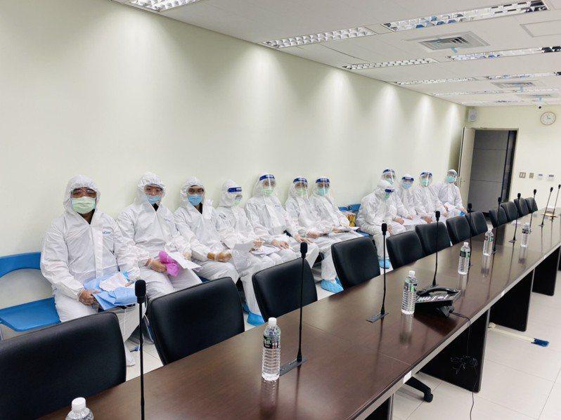 北投關渡宮捐贈1000件隔離衣給萬華警分局。記者廖炳棋/翻攝