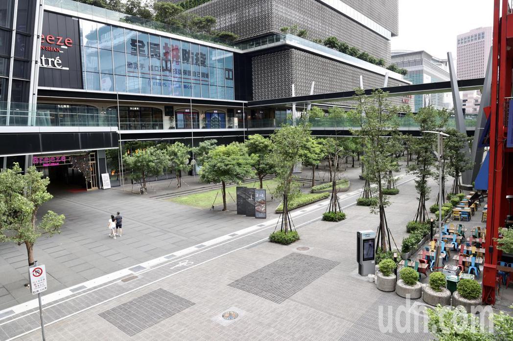 雙北民眾「自主封城」,三級警戒之後的第一個周末,台北東區信義商圈,餐飲區、徒步區...
