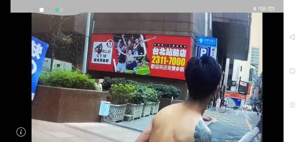 林姓男子中午在台北火車站附近裸奔。記者廖炳棋/翻攝