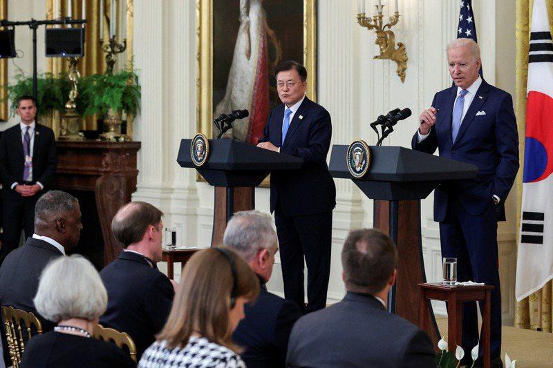 美國總統拜登(後排右一)與韓國總統文在寅(後排右二)舉行領袖會談並發表聯合聲明,事後來看,美國希望推進南韓抗衡中國的期待並未實現。路透