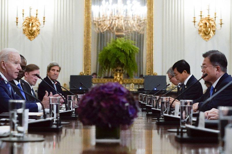 美國總統拜登(左一)與韓國總統文在寅(右一)美東時間21日在華府舉行領袖會談。美聯社