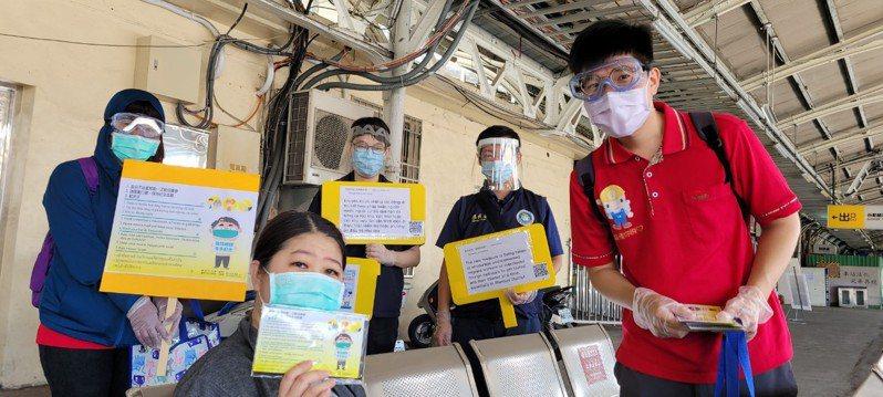 台南市勞工局今天前往台南火車站及台南公園宣導。圖/勞工局提供