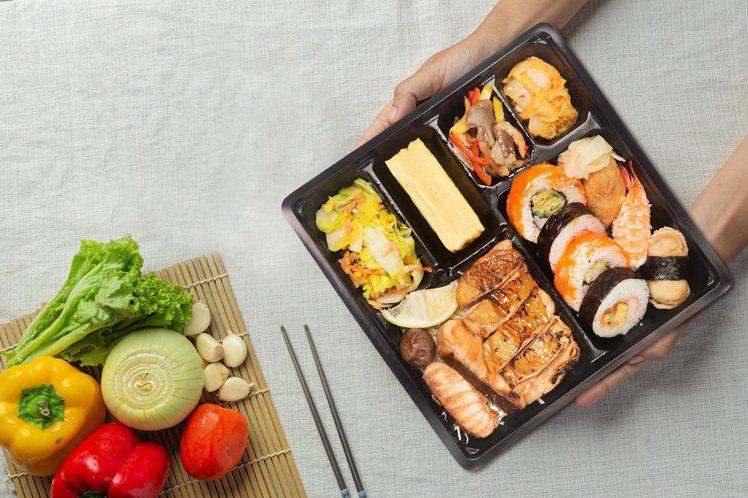 漢來海港自助餐廳配合政府防疫政策,即日起暫停內用,改推外帶便當「海派日式便當」,...