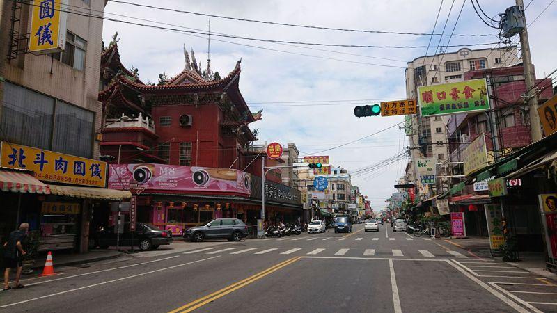 「吃在北斗」的北斗鎮美食街假日冷清,少數餐飲店停業只做外帶。記者簡慧珍/攝影
