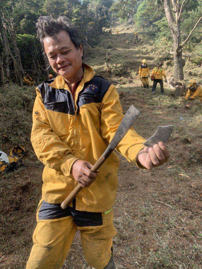森林護管員在現場辛苦開闢防火線到砍刀損壞。圖/嘉義林管處提供