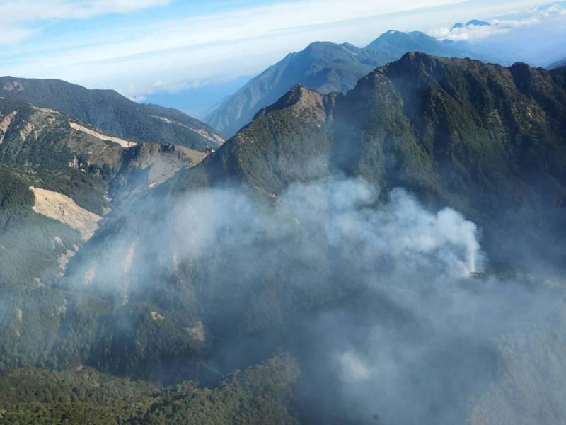嘉義林區管理處管轄海拔逾3千公尺的中央山脈八通關古道杜鵑營地,森林大火延燒六天,滅火難度高。圖/嘉義林管處提供