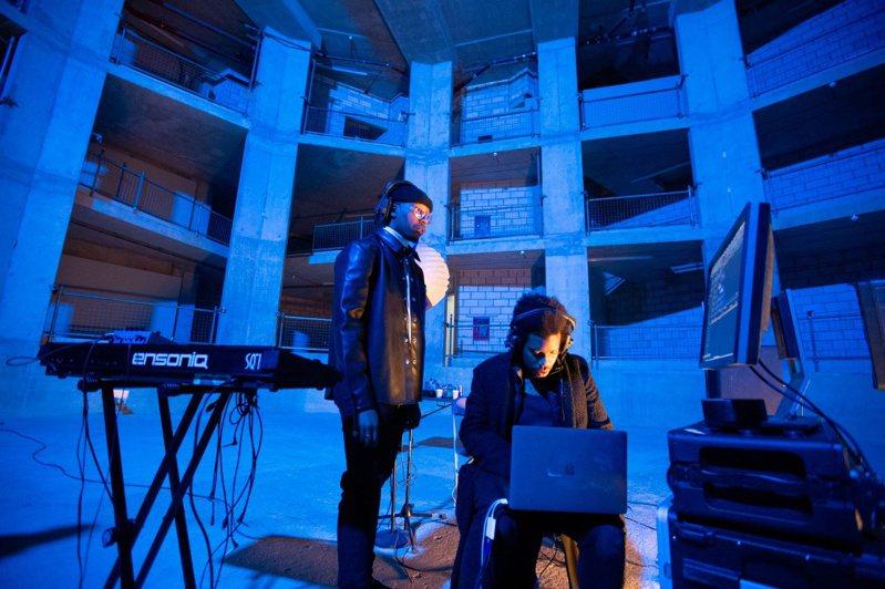 愛彼(Audemars Piguet)推出的「180」音樂短片,透過串聯不同領域音樂明星激盪全新火花,全系列五章節影片,已於近日在官方youtube頻道完整上線。圖 / 愛彼提供。