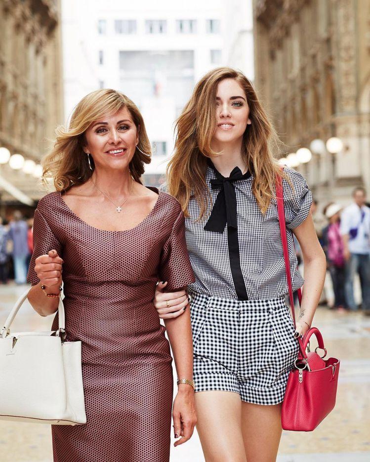 Chiara Ferragni和媽媽在2014年共同演繹Capucines系列包...