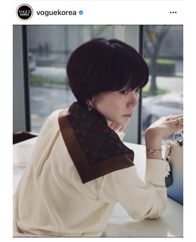 裴斗娜在韓國版《VOGUE》的影片中詮釋Capucines系列夏季系列包款。圖/...