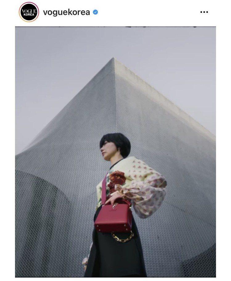 裴斗娜在韓國版《VOGUE》的影片中詮釋Capucines系列包款。圖/截自IG...