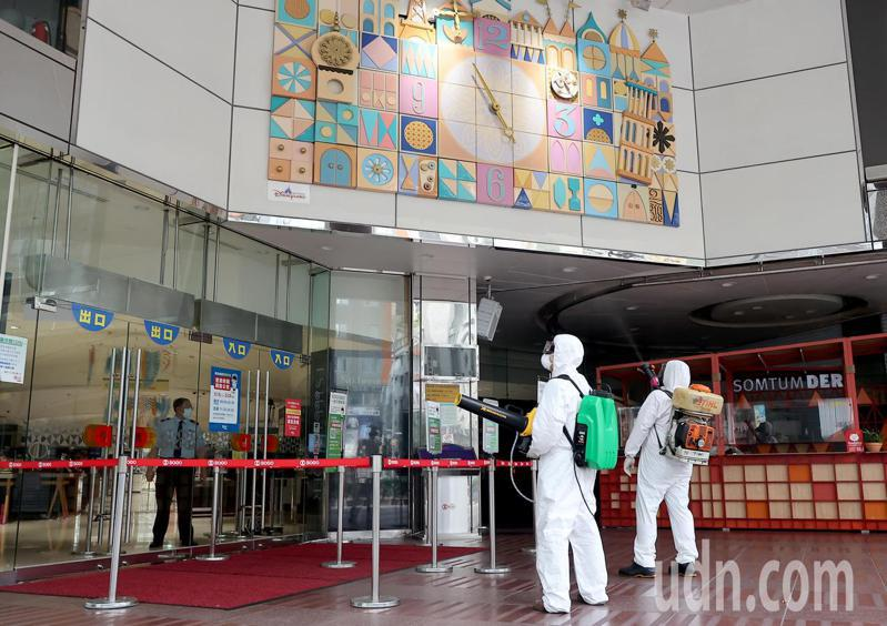 台北SOGO忠孝店今天下午三點臨時閉店,進行全店大規模預防性消毒。記者余承翰/攝影