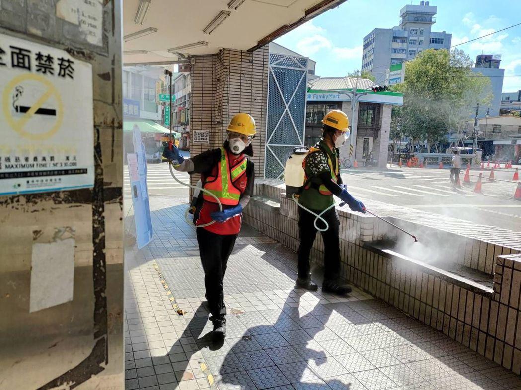 台中市環保局今天在台中市東協廣場消毒。圖/台中市環保局提供