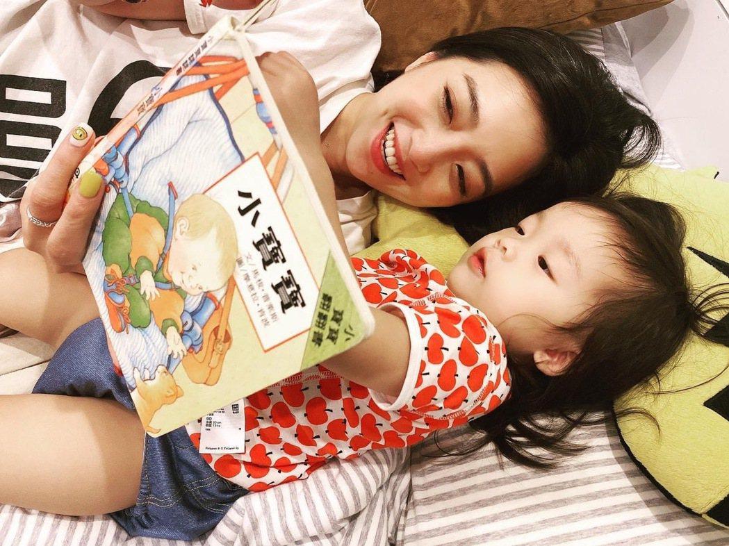 女兒最愛聽貝童彤講故事。圖/星恆娛樂提供