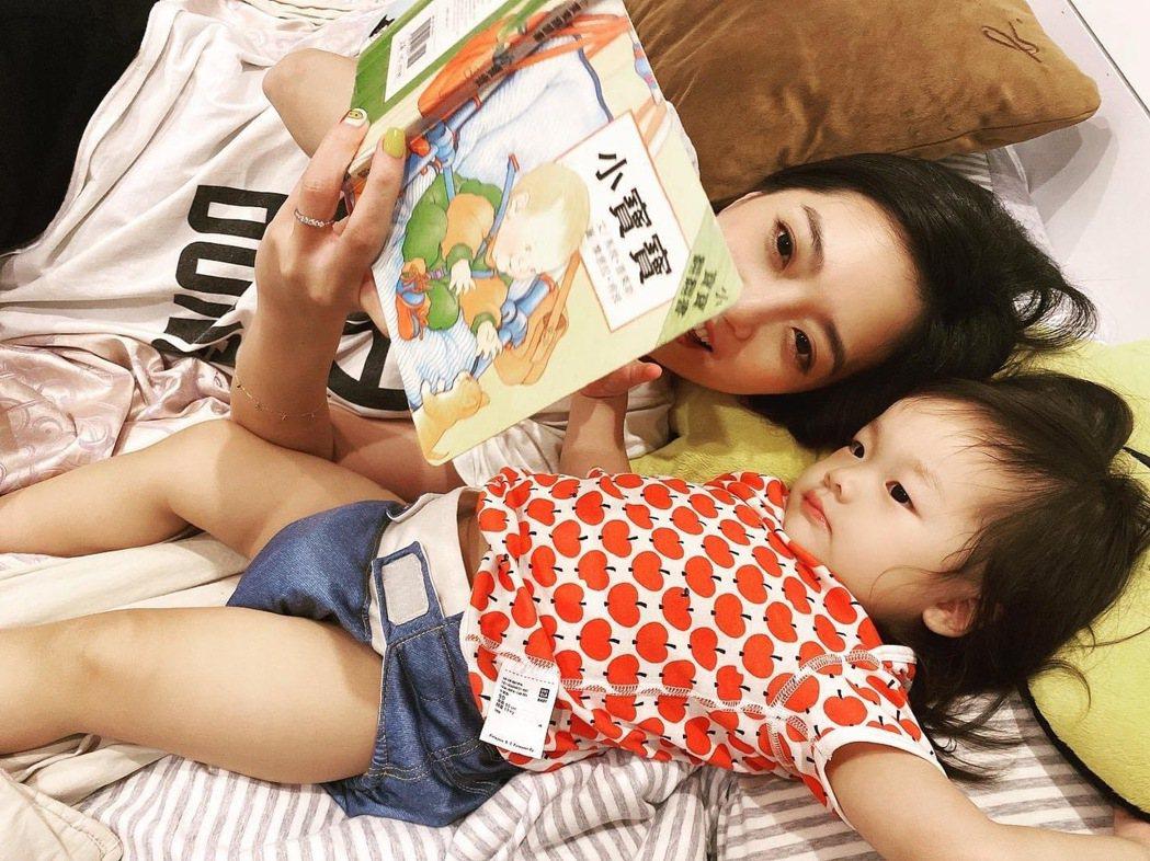 貝童彤讀繪本給女兒聽。圖/星恆娛樂提供