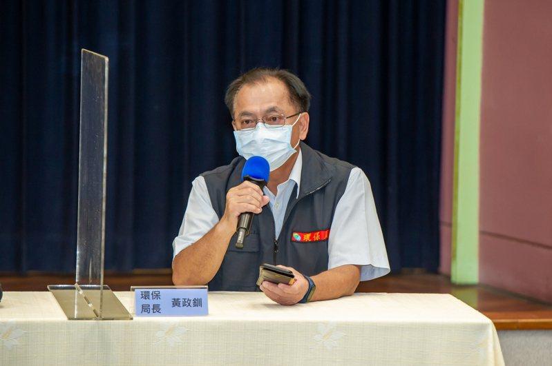 環保局長黃政釧呼籲縣民,確實綑綁好垃圾、分類資源回收物,口罩戴好、保持社交距離。圖/記者林佳彣翻攝