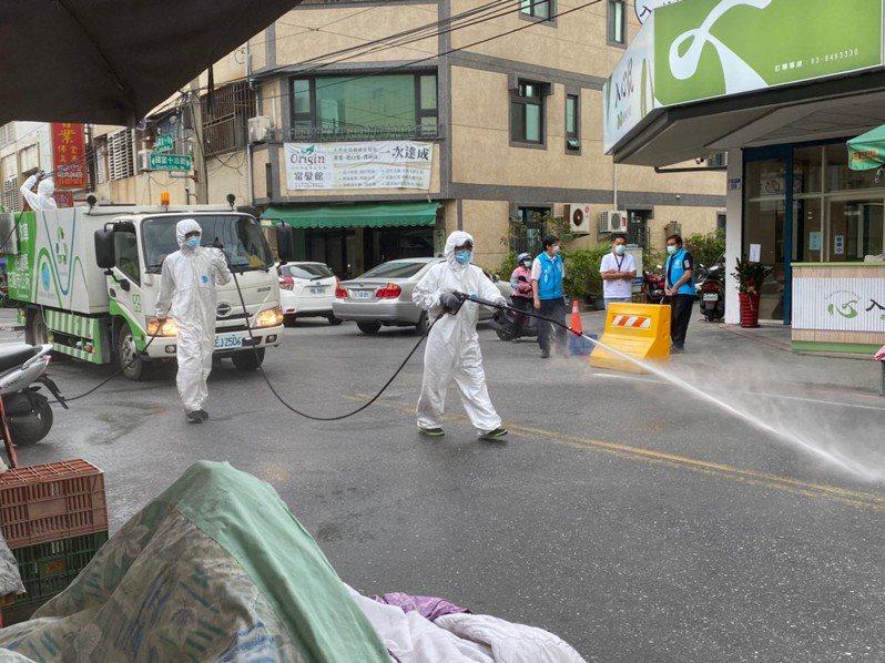 花蓮零確診破功,且有兩例在花蓮市,市公所清潔隊加強預防性環境消毒。圖/市公所提供