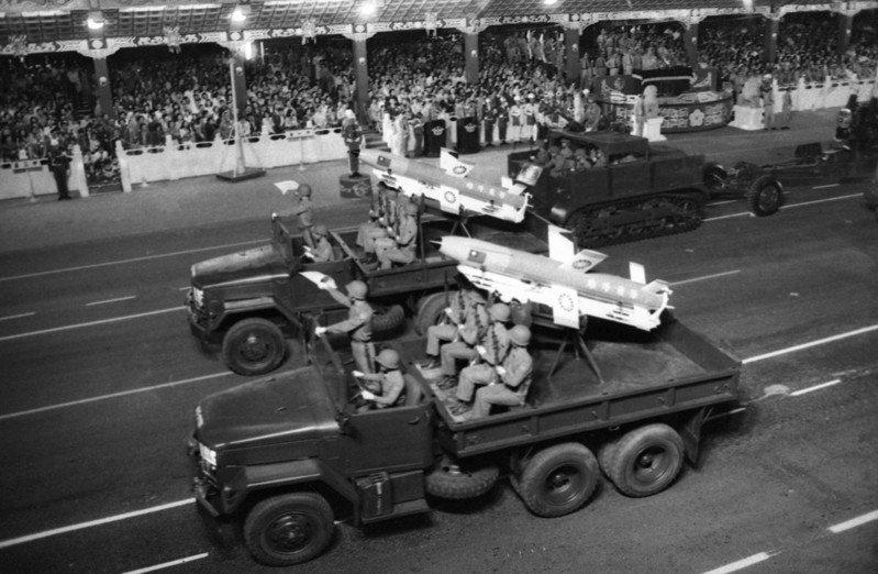1980年代中情局分析間諜衛星照片,將只是從「雄蜂」更名為「雄風」的飛彈,誤以為是兩套系統,圖為1978年國慶閱兵展出的雄蜂飛彈。圖/聯合報系資料照片