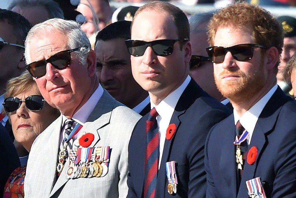 哈利(右)與父親查爾斯(左)、威廉(中)的關係據傳越來越差。圖/路透資料照片