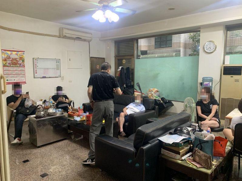 全國防疫升三級,宜蘭有民眾沒出門,卻因在室內打麻將,群聚9人違規被警方移請衛生局裁罰。圖/記者林佳彣翻攝