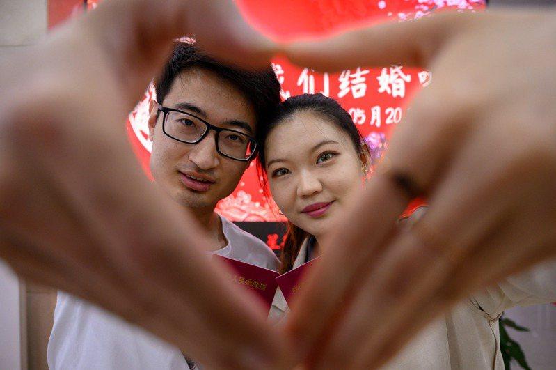 大陸網紅「結婚直播」最近成為熱潮,把結婚變成「撈金」的生意商機。中通社
