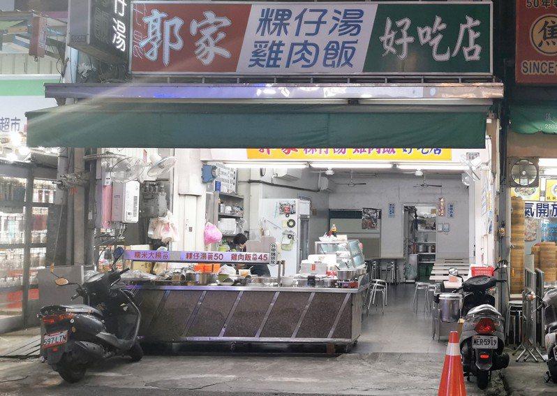 嘉義市文化路著名小吃郭家雞肉飯,今晚全店空蕩蕩。記者卜敏正/攝影