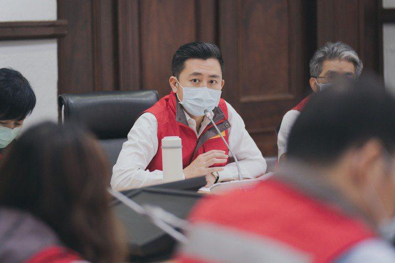 新竹市長林智堅表示,案4003(本土新增)為一名30多歲女性,平日工作搭乘高鐵往返新竹市、台北市,21日發燒達38度,就醫後,PCR陽性確診,目前全案匡列12人居家隔離。圖/新竹市政府提供