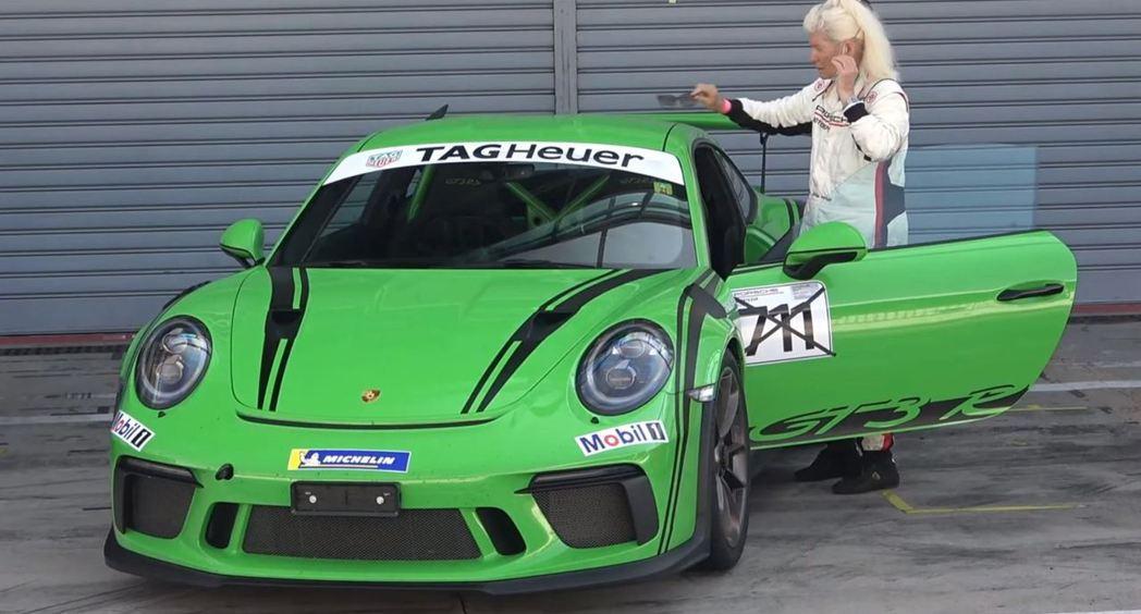 老奶奶向大家證明,跑賽道不僅是年輕人的遊戲。 摘自MattyB727-Car V...