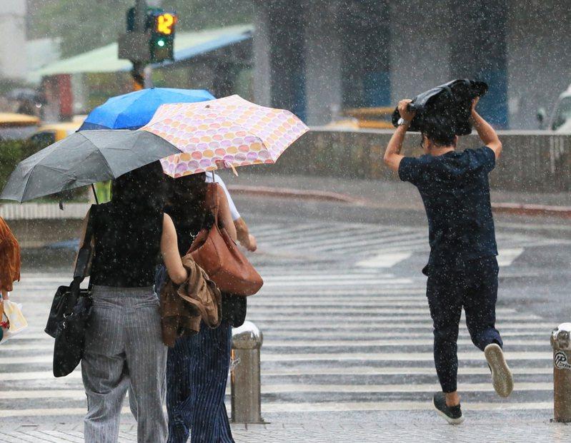 中央氣象局5月23日預報一周天氣,未來將受到鋒面影響,雖無法帶來連日大雨一除旱象,但會讓台灣天氣變得不穩定、午後雷雨也會增多,民眾出門記得攜帶雨具。 聯合報系資料照片/記者潘俊宏攝影
