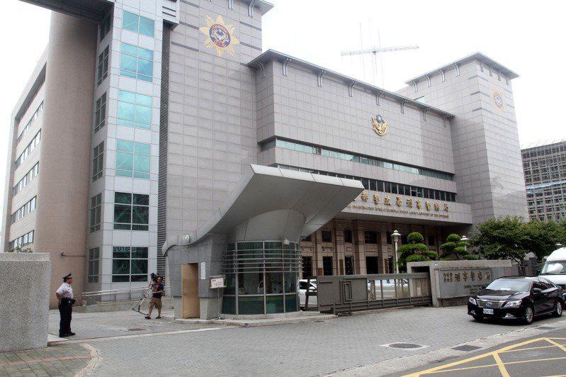 刑事警察局偵查第三大隊楊姓偵查員前往台北醫學大學附設醫院就醫,並且在戶外篩檢區採樣核酸檢測,今天下午被通知新冠肺炎核酸檢測結果陽性確定。圖/聯合報系資料照