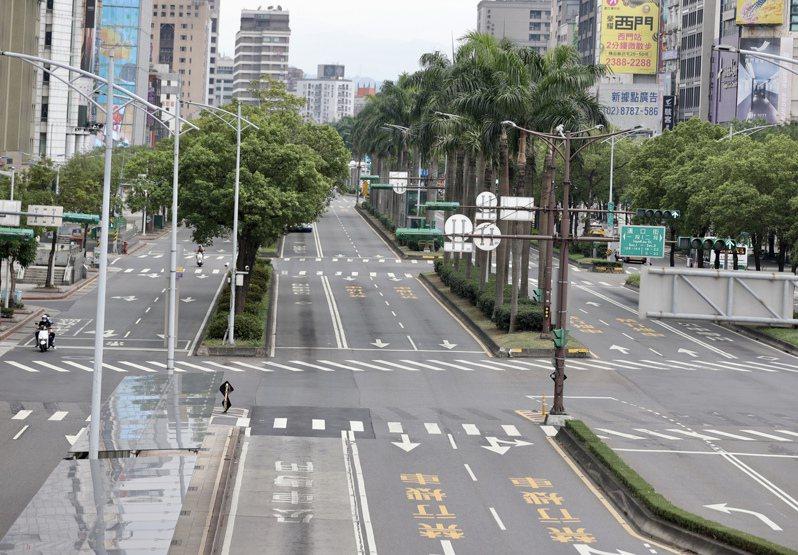 台灣感染症醫學會名譽理事長黃立民指出,「快篩站陽性率」僅供參考,無法釐清疫情是否持續傳播,但若持續有「新的行政區」出現確診者,就是一大徵兆。圖為空蕩蕩的台北街頭。記者許正宏/攝影