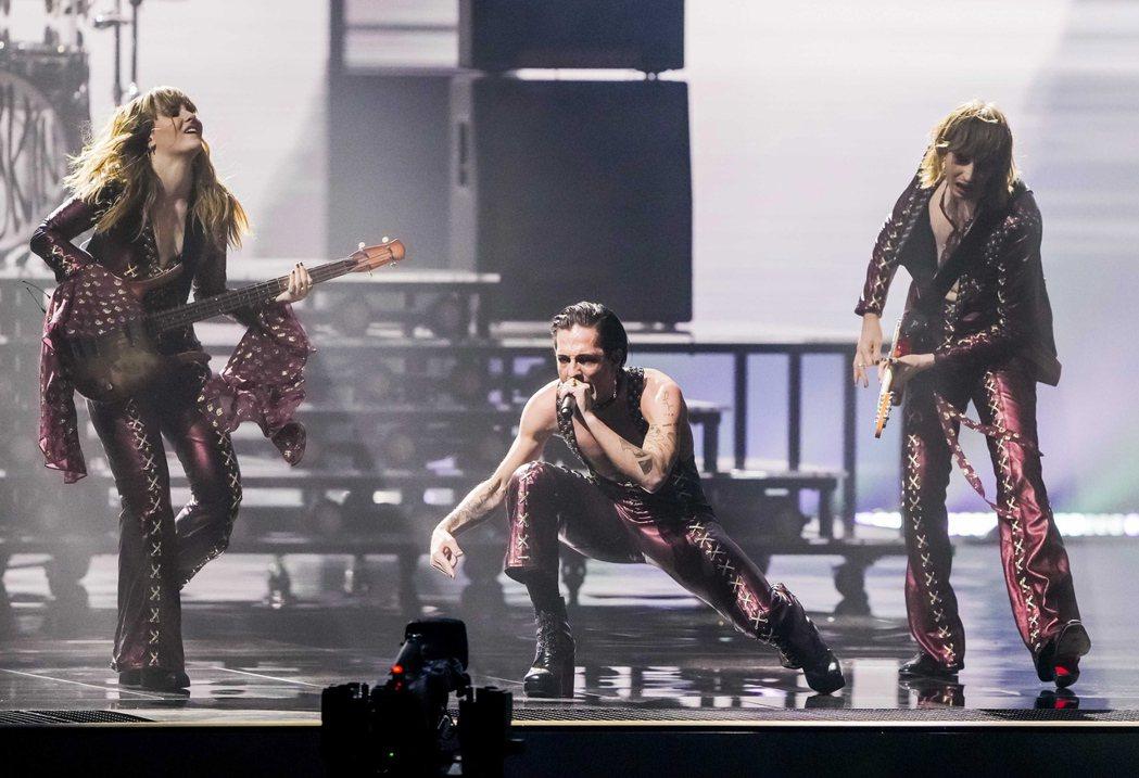 義大利搖滾樂團「天際月光」(Maneskin)22日在荷蘭鹿特丹舉行的歐洲歌唱大...