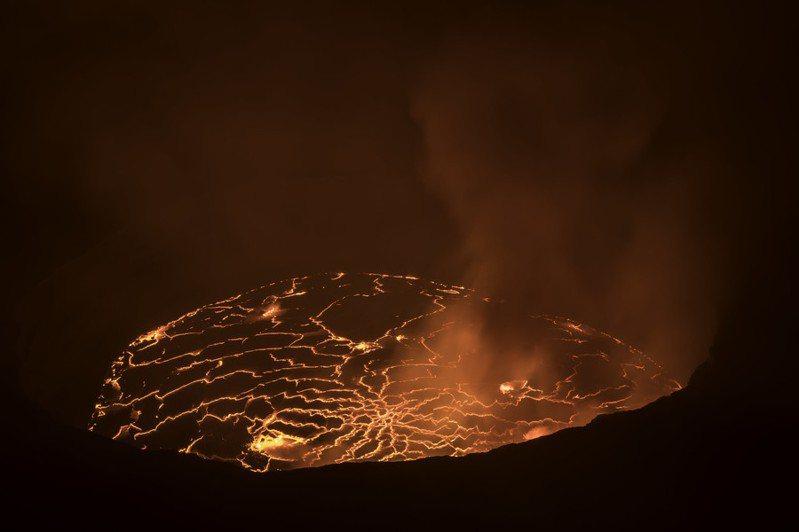 民主剛果東部的尼拉戈貢火山22日爆發,造成鄰近大城戈馬開始執行撤離計畫。(photo by Baron Reznik via flickr, used under CC License)