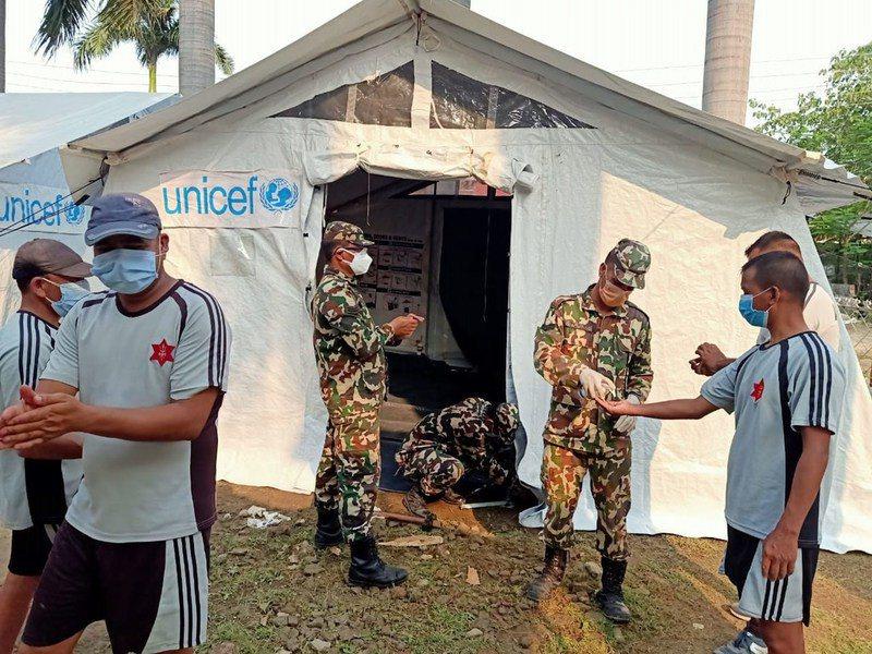 聯合國兒童基金會的工作人員和尼泊爾軍隊在該國中西部的一家醫院內支起了醫療帳篷。(photo by UNICEF Nepal