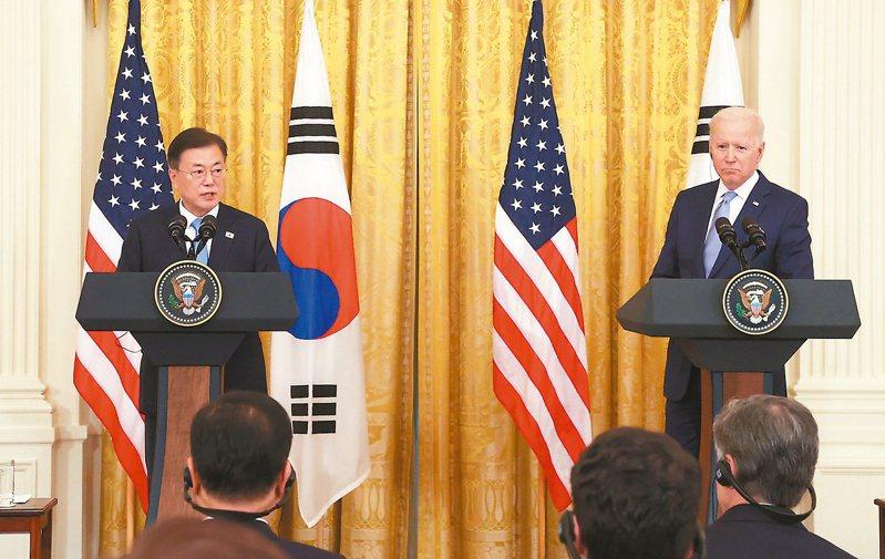 美國總統拜登(右)在白宮會見南韓總統文在寅(左),峰會之後舉行聯合記者會,說明會談成果。(歐新社)