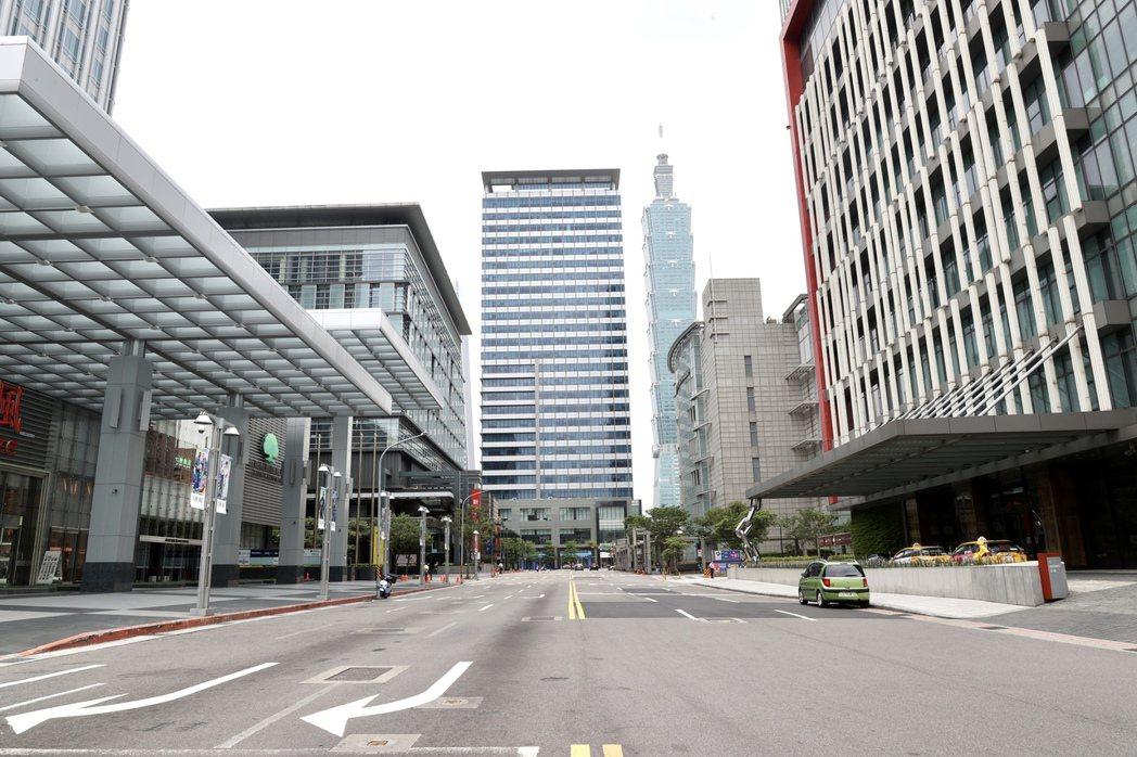 三級警戒之後,路上幾乎沒有過客。圖為台北東區信義商圈人車稀疏,宛如一座空城。 報...