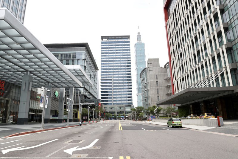 雙北民眾「自主封城」,三級警戒之後第一個周末,台北東區信義商圈人車稀疏,宛如一座空城。記者林俊良/攝影