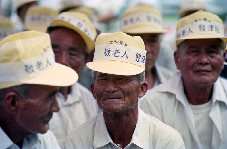 民進黨於立法院發動「老人年金靜坐活動」,要求中央政府支援民進黨籍縣市長「敬老年金」的發放。圖/聯合報系資料照片