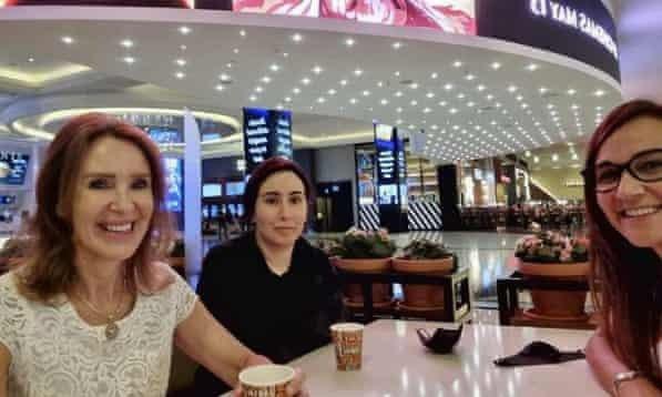 杜拜公主拉蒂法(中)在遭軟禁3年後,近日首度出現在一張貼在Instagram上的...