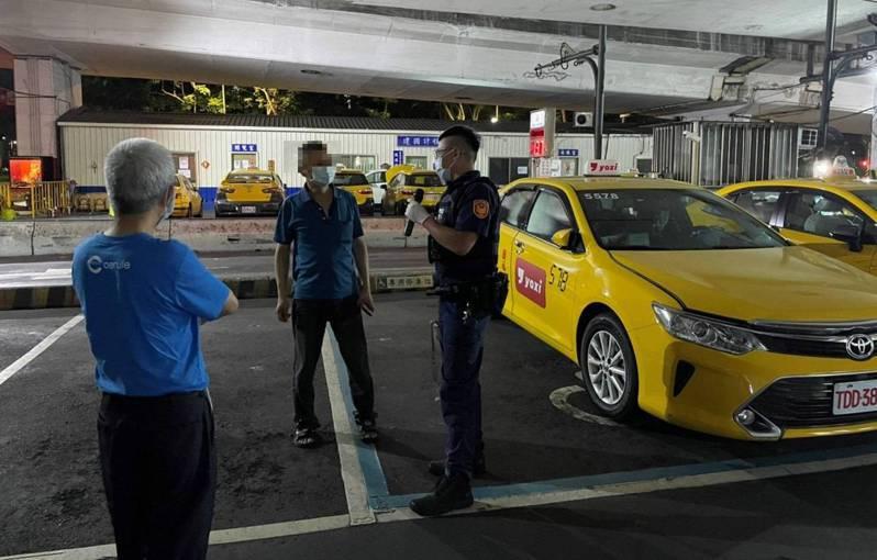 台北市大安警分局發動警力,前往轄區內民眾聚集地點宣導防疫。記者廖炳棋/翻攝