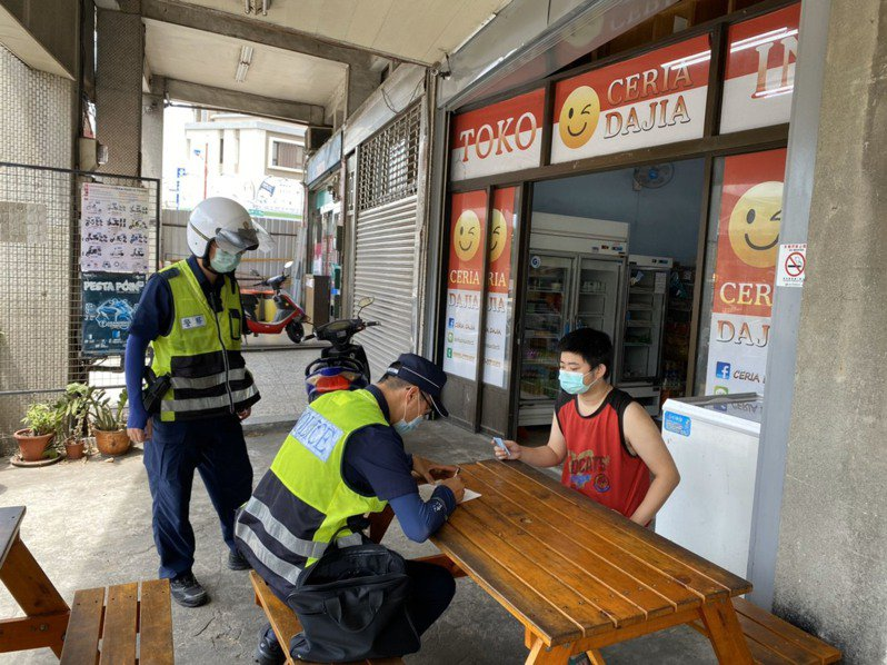 台中市大甲警分局員警到廟宇、市場、店家、排班計程車及車行還有外籍移工聚集處,稽查未戴口罩。圖/警方提供