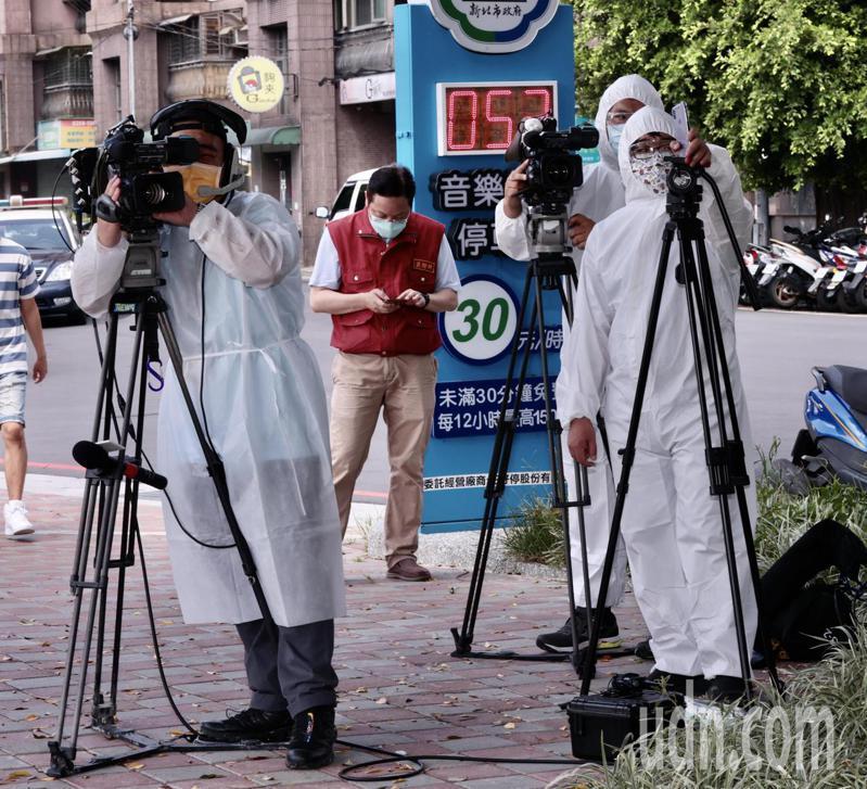 媒體記者採訪過程中也全程穿著防護衣、戴著口罩、護目鏡,頂著太陽除護目鏡起霧,衣、褲也都濕透了。記者黃義書/攝影