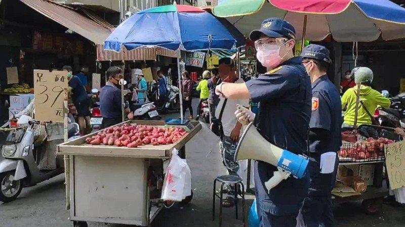 彰化警分局民生路派出昨天下午在三民市場針對一名不聽勸導未戴好口罩的攤商,開發告發單。圖/警方提供