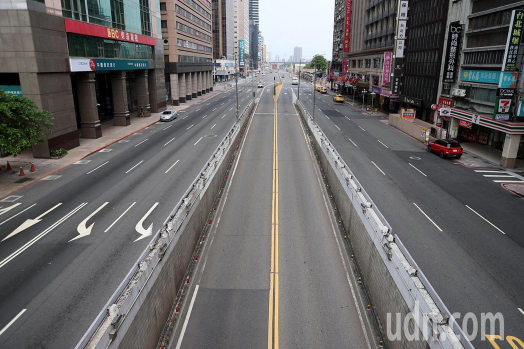 全國疫情警戒提升至三級,台北街頭人車稀少的畫面。記者余承翰/攝影