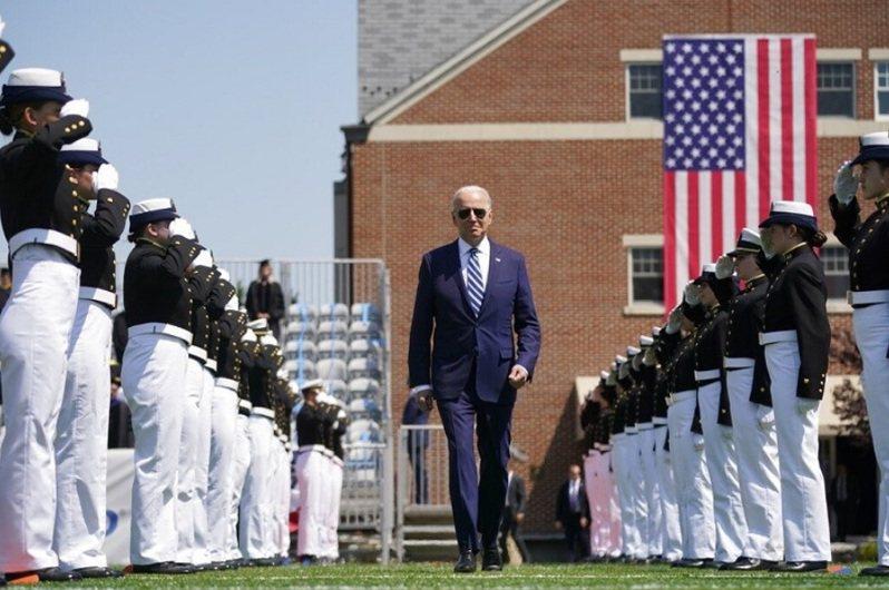 美國總統拜登本月19日在康及迪克州出席美國海岸防衛學院畢業典禮並致詞。美聯社