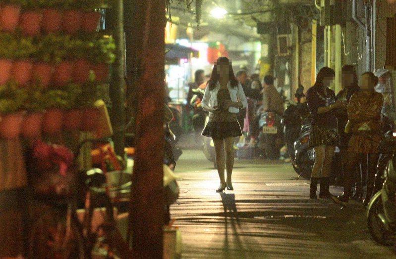 台北市萬華區入夜後,繌有流鶯在巷弄內出沒拉客。此為示意圖,與新聞事件無關。圖/聯合報系資料照片