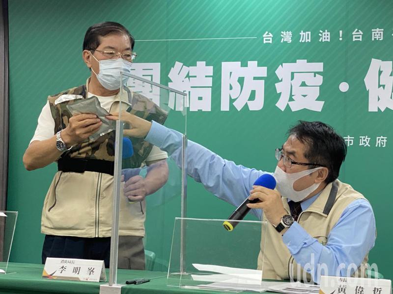 台南市將為救護車人員配備冷凝背心,上午由消防局長李明峯示範。記者修瑞瑩/攝影