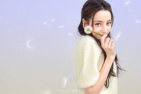 28歲大陸女星迪麗熱巴有新疆維吾爾族血統,五官精緻出道以來備受矚目,還曾榮登「全球百大最美女性」第23名,成為大陸第一美女,不過近日網路上流傳她10年前的舊照,18歲就頂著大濃妝,與現在比較清新的風...