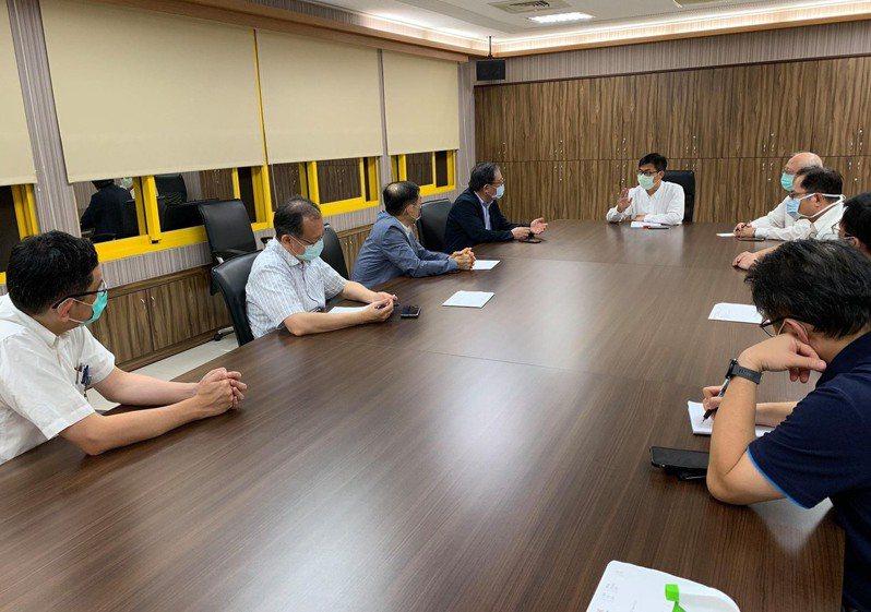 高雄市衛生局成立疫調諮詢小組,市長陳其邁與公衛專家開會討論防疫對策。圖/高雄市政府提供